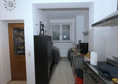 Küche im Erdgeschoss, Links die Tür zum Abstellraum