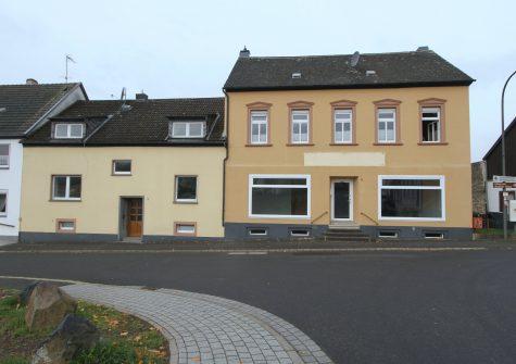 geräumiges Doppelhaus mit Gewerberäumen und Garagen in zentraler Lage in Hillesheim