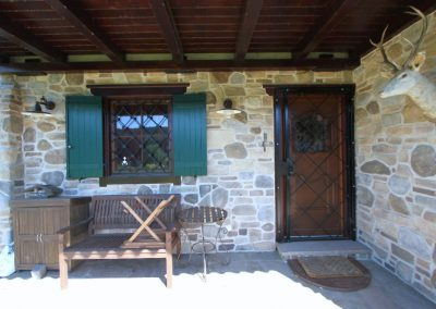 Nebeneingang und Terrasse im Untergeschoss