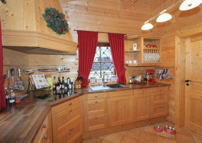 Küche im Erdgeschoss mit Tür zur Speisekammer