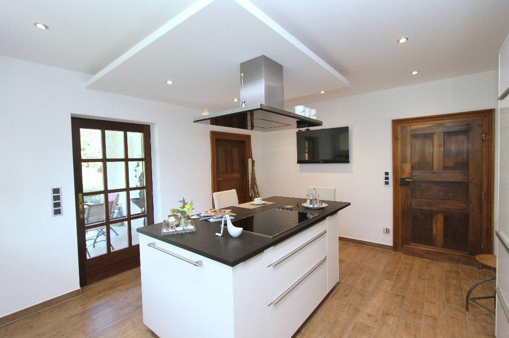 moderne Küche, links im Bild die Tür zur Terrasse - EIFEL ...