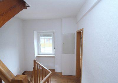 Flur im Obergeschoss, rechts im Bild die Tür zu Wohnraum 2