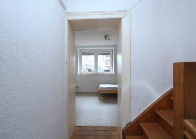 Innentreppe im Obergeschoss mit Tür zu Wohnraum 3