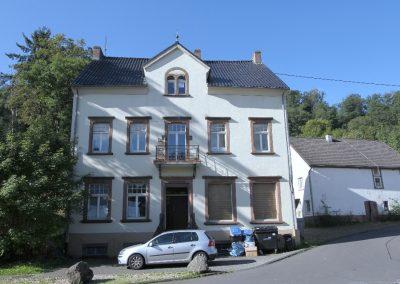 Vorderansicht Haupthaus, rechts das Nebenhaus