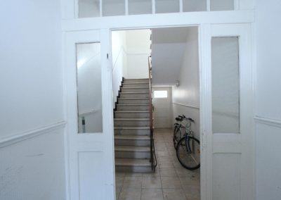 Windfang mit Blick in das Treppenhaus im Haupthaus