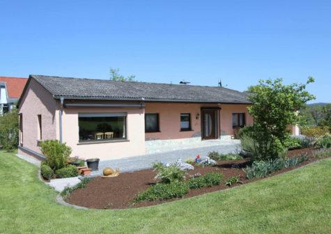 seniorenfreundlicher wohnlicher Bungalow mit sonnigem Garten und Garage in ruhiger Lage