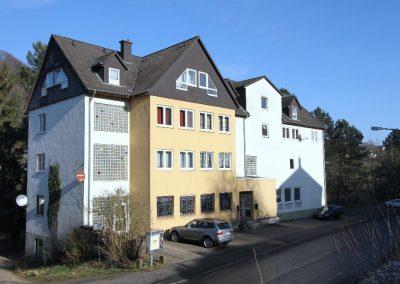 Südwest-Ansicht, links im Bild die Zufahrt zu den Garagen