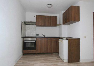 WE 8 im DG, heller offener Wohnbereich mit Küchenzeile