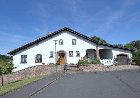 traumhaft schöne luxuriöse Landhausvilla im französischen Stil in sonniger Ortsrand-Höhenlage