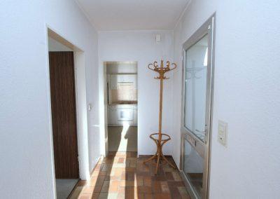 Flur in der Einliegerwohnung; rechts die Tür zum Innenhof