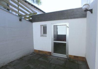 Innenhof mit Hintertür zur Garage 2